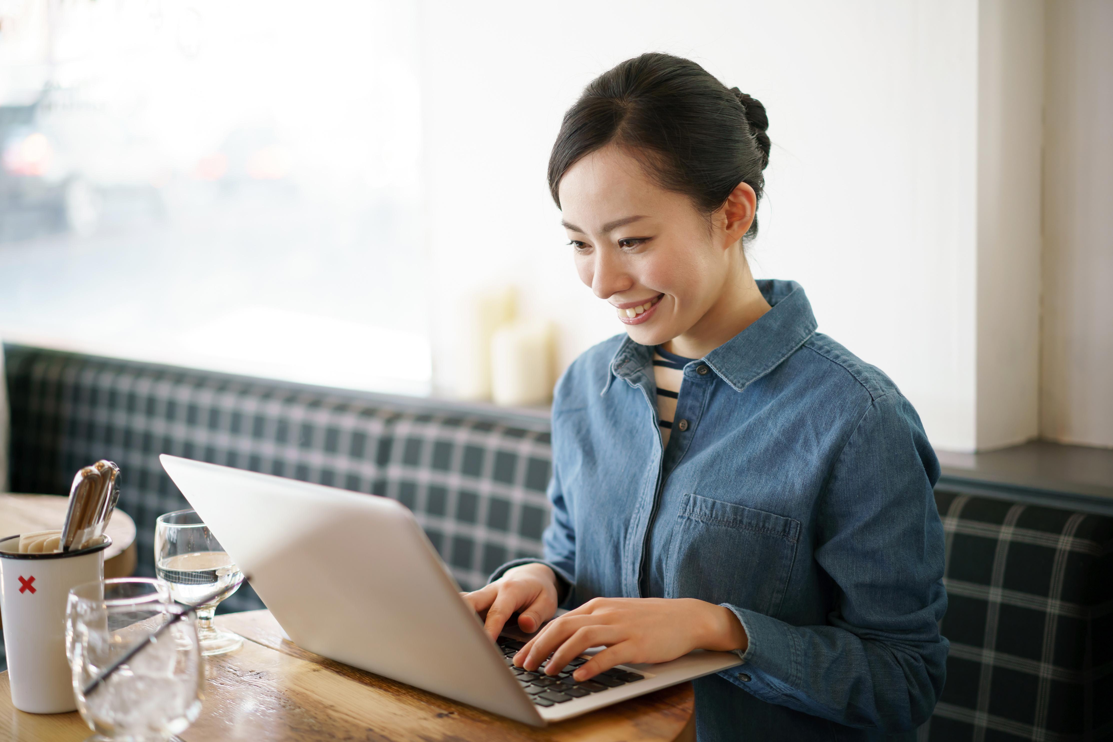 ウェブライティングをする女性