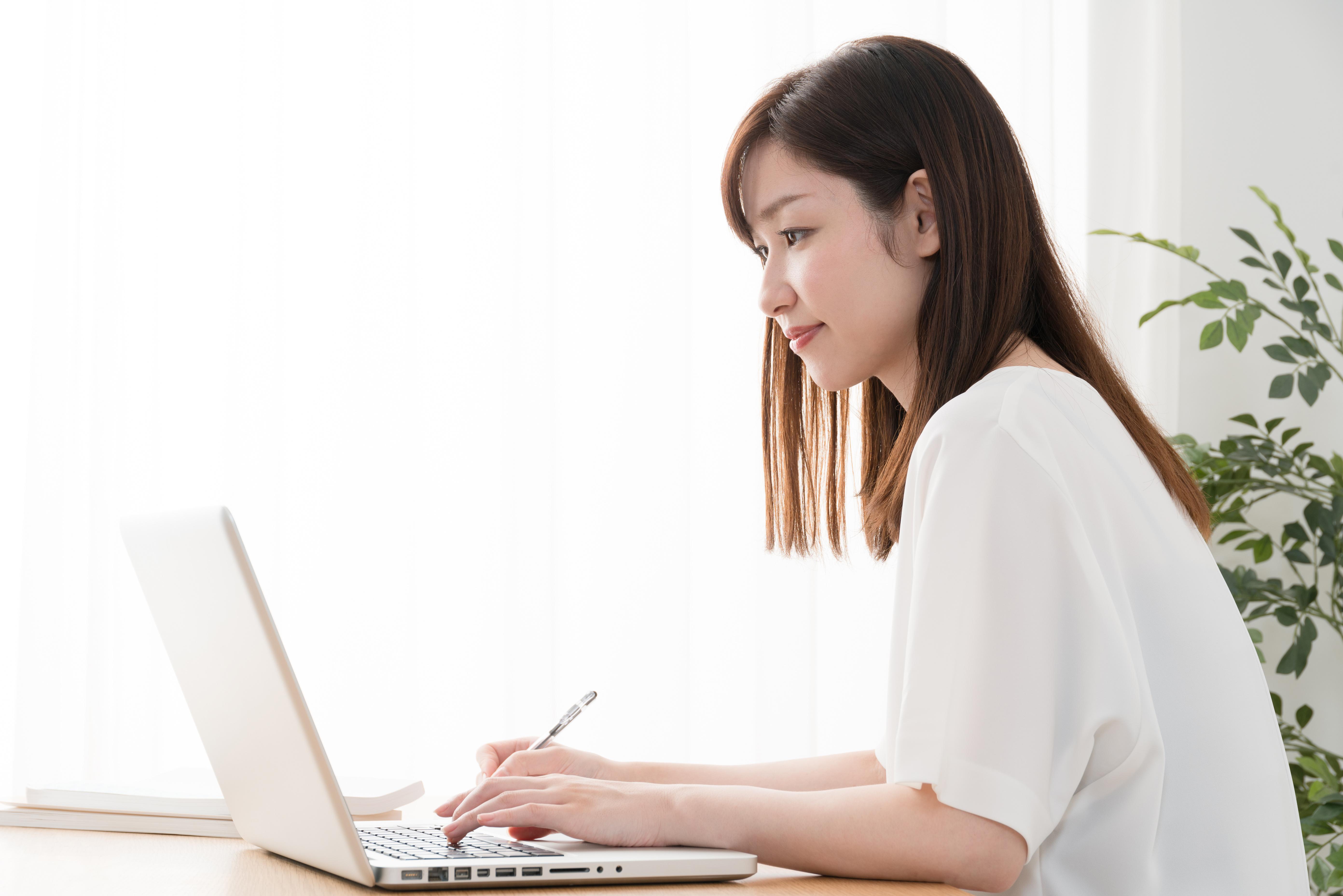 コンテンツを書く女性