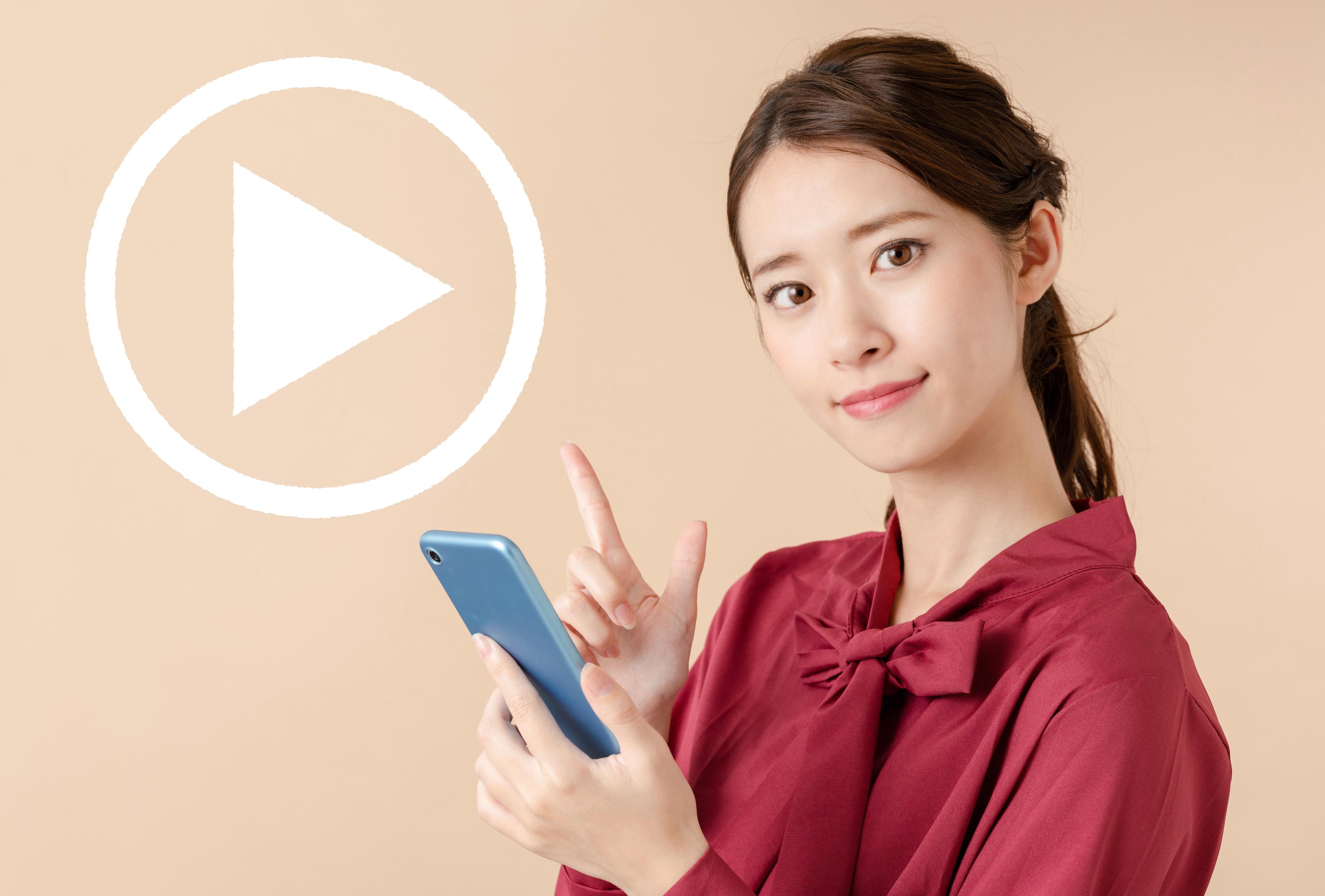 スマホで動画を探す女性