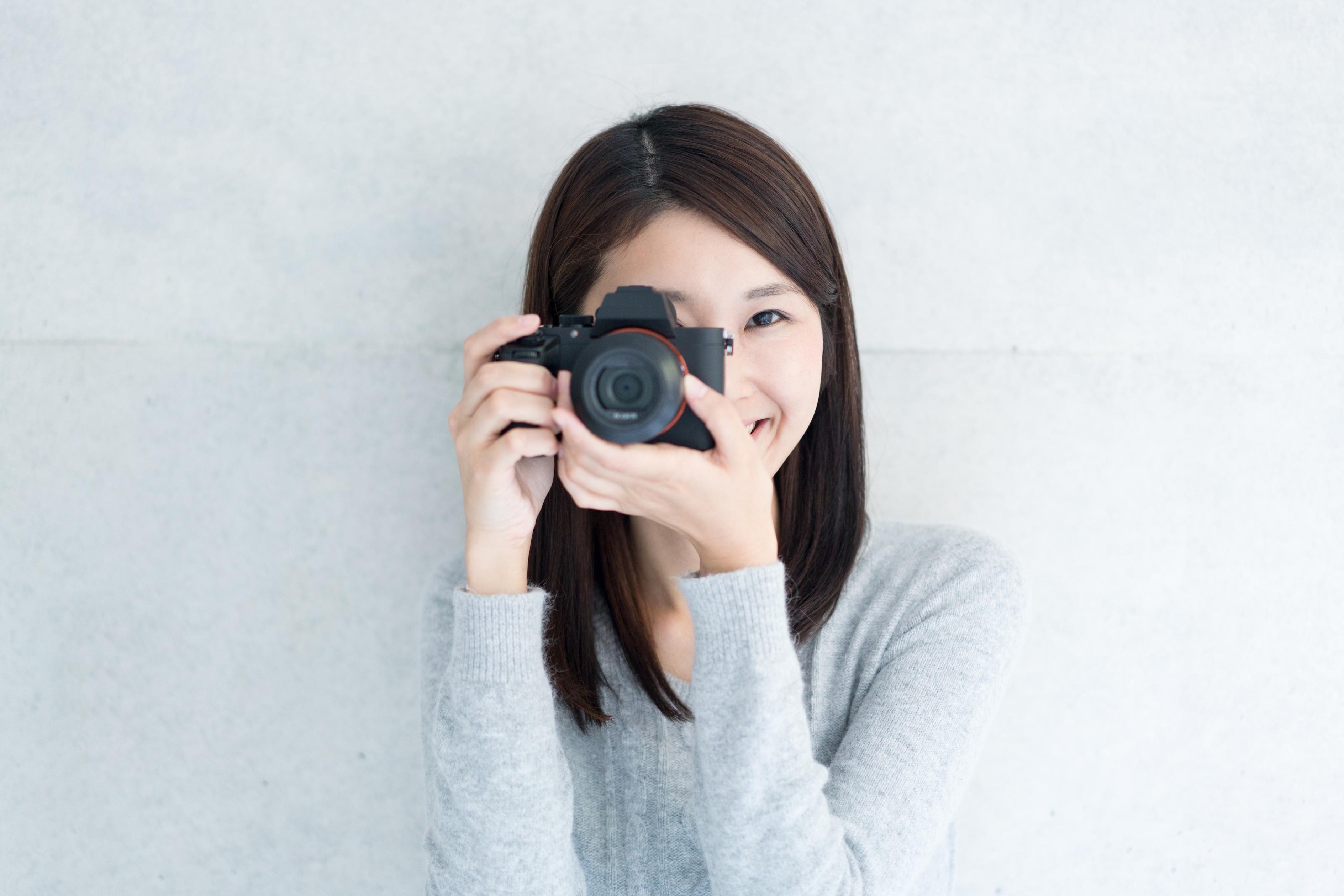 写真を撮る初心者の女性