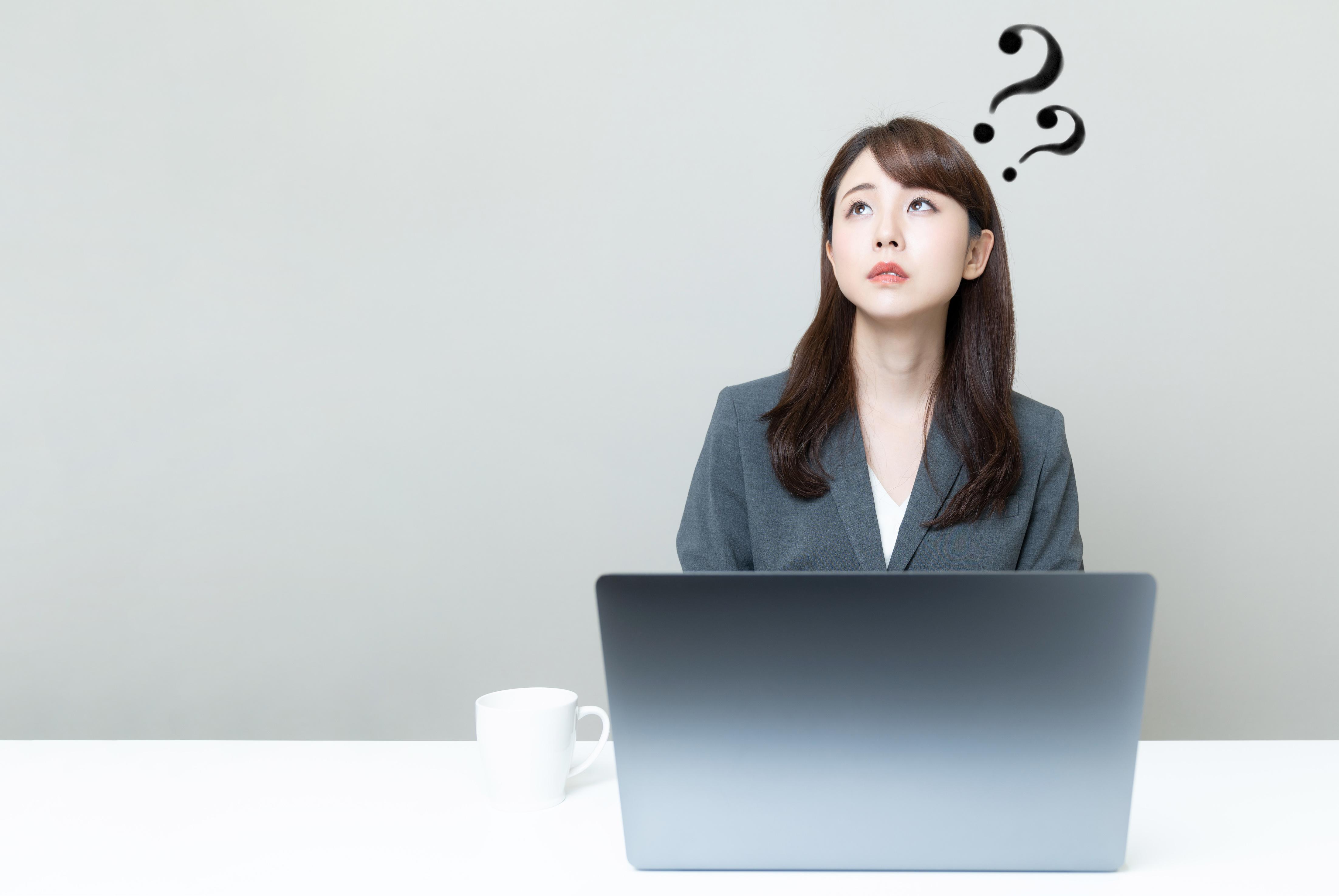 ブラックハットSEOについて考える女性
