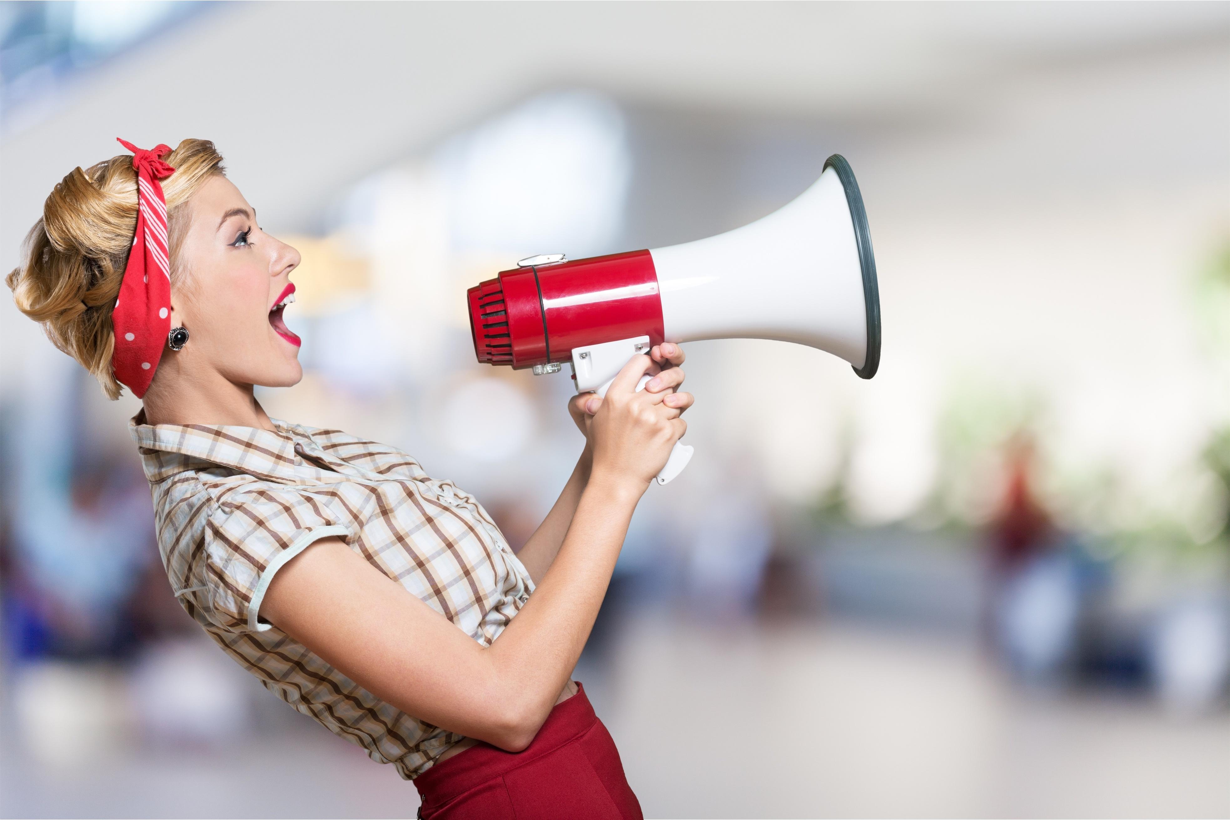 キャッチコピーを叫ぶ女性
