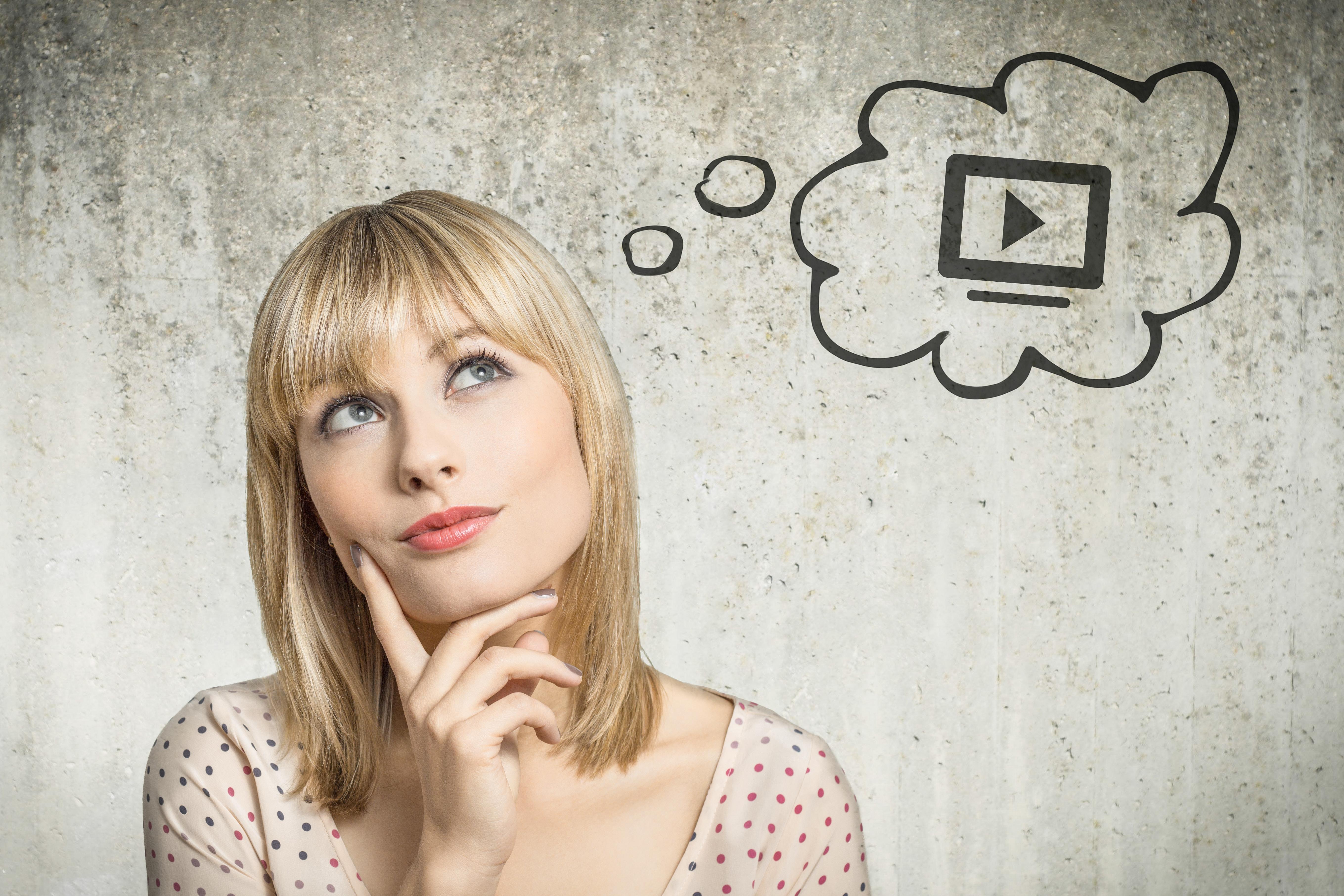 youtubeでのseo対策について考える女性