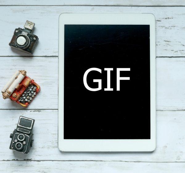 GIFと書かれたタブレット