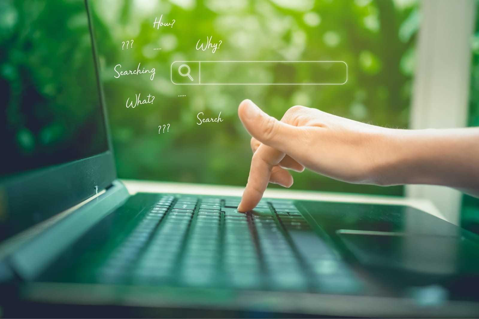 ノートパソコンでキーワードを打ち込み検索する様子