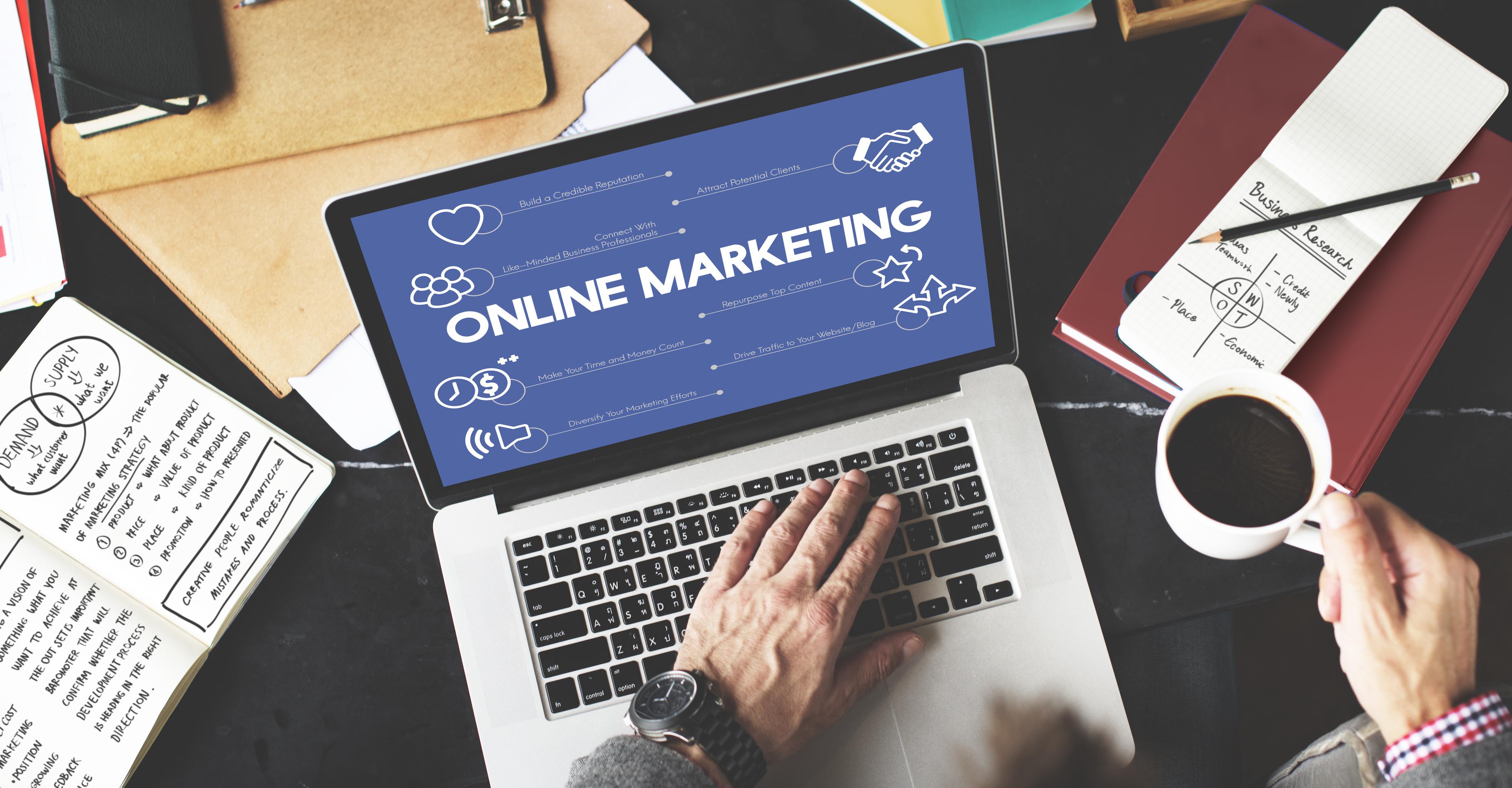 オンラインマーケティング広告を行う男性