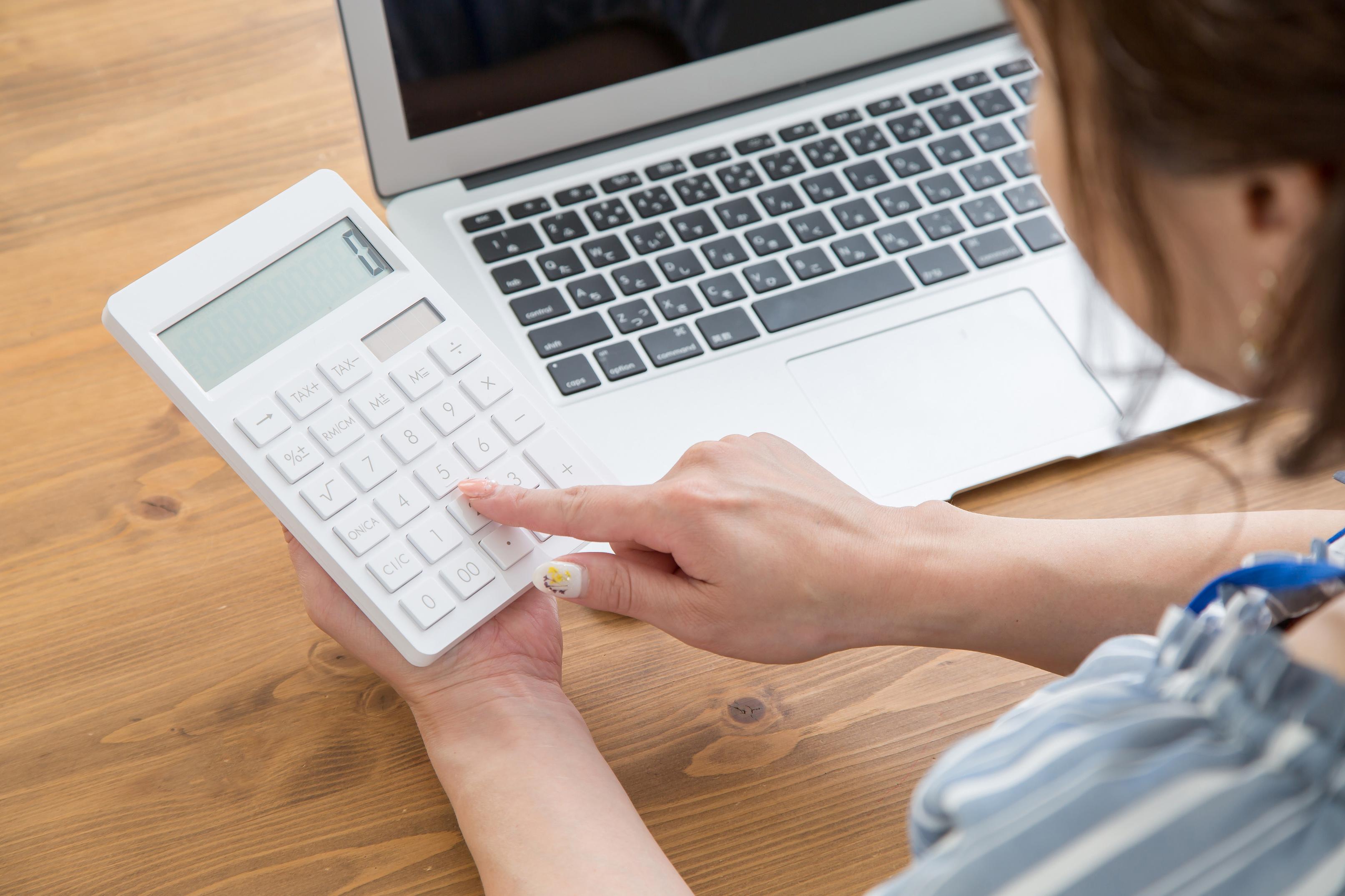 SNS運用代行の料金を計算する女性