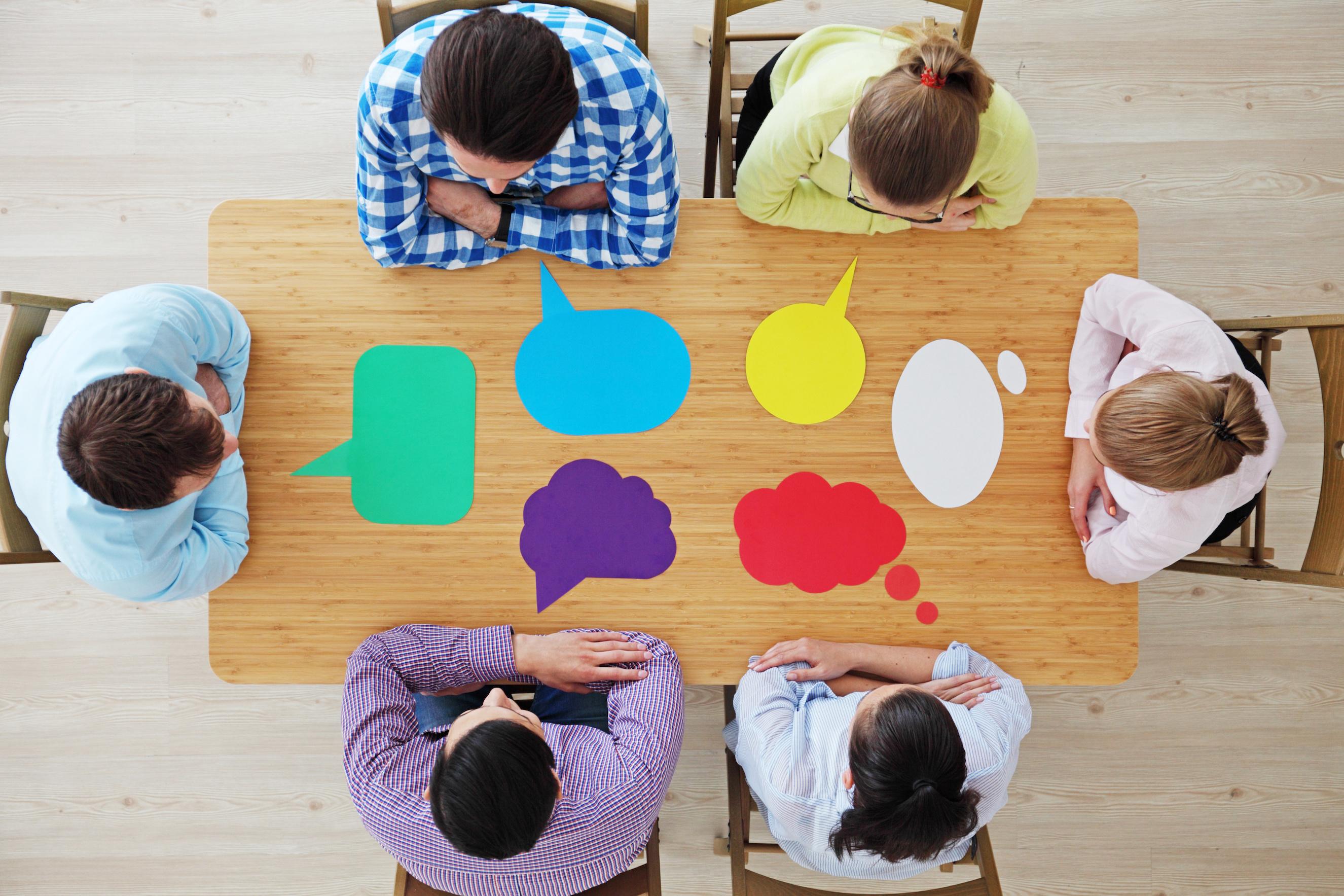 インフォグラフィックの作成について話し合うチーム