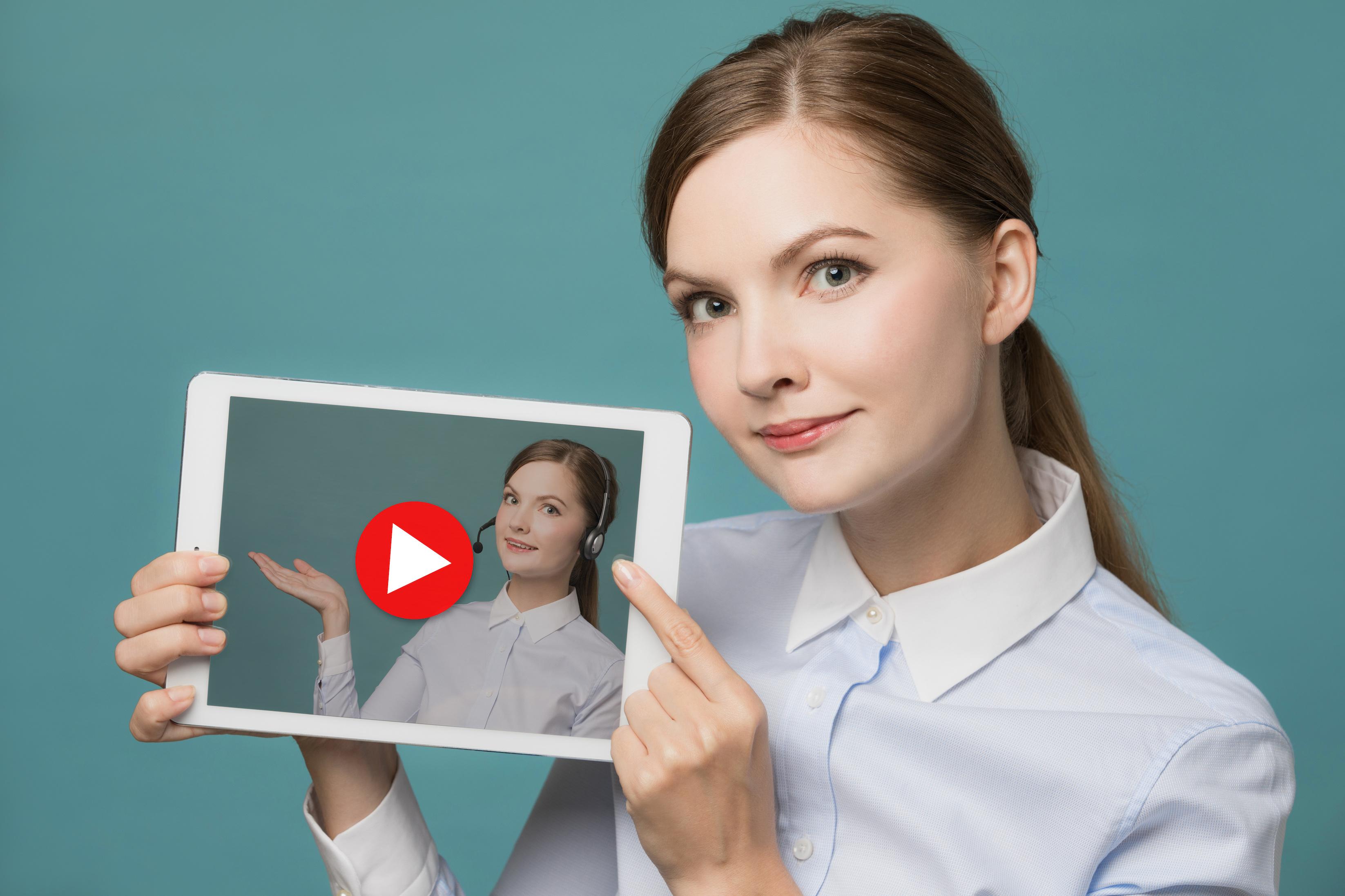 TrueView広告を見せる女性