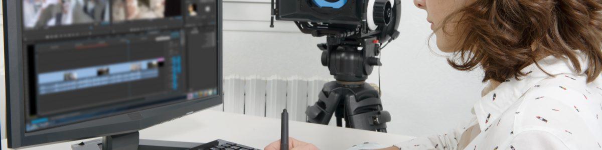 動画編集をする女性