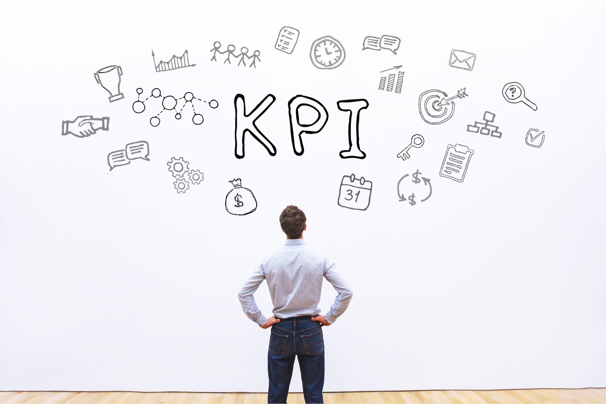 KPIを見つめる男性