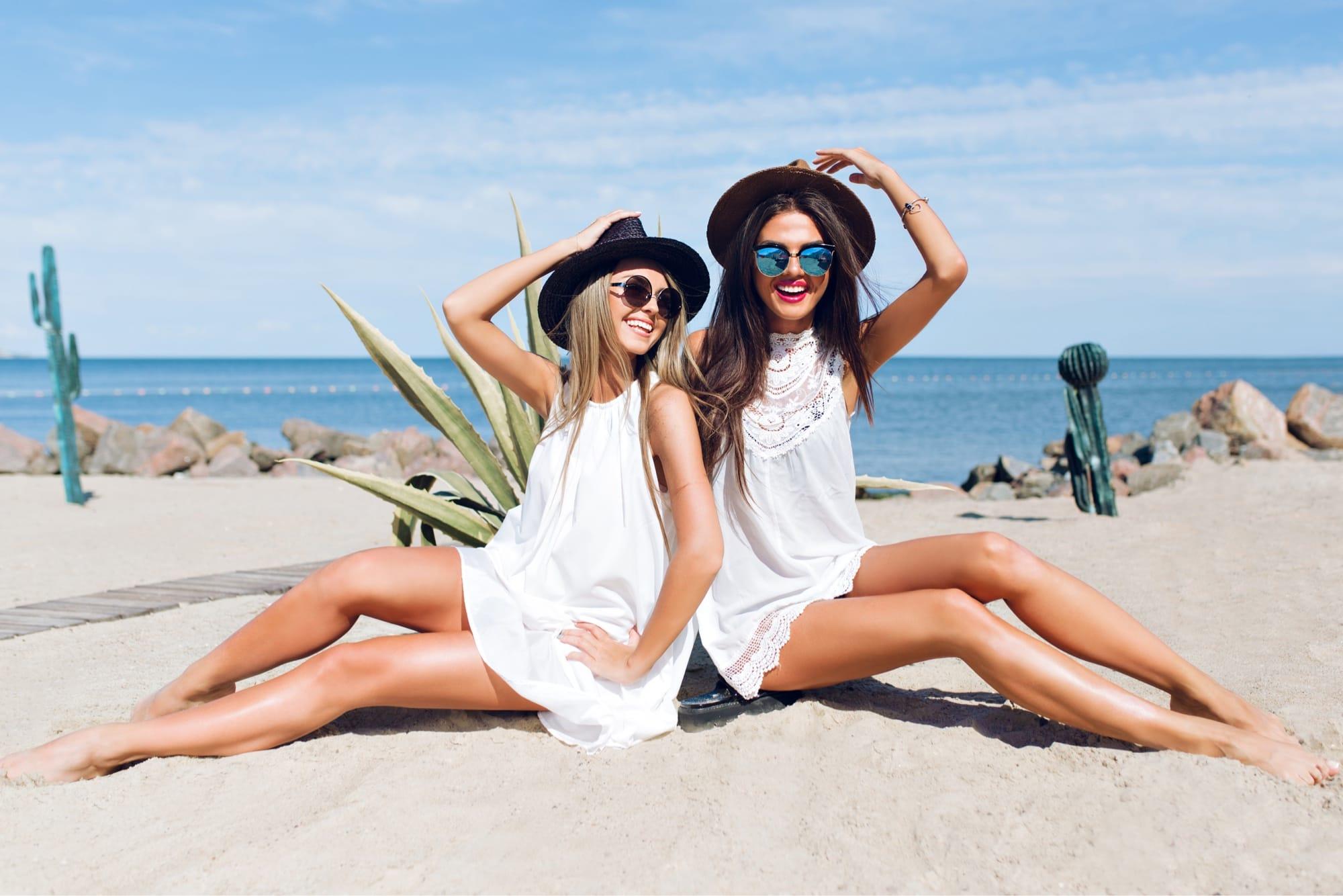 砂浜にいる2人の女性
