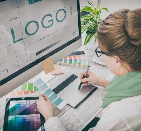 ロゴをデザインする女性