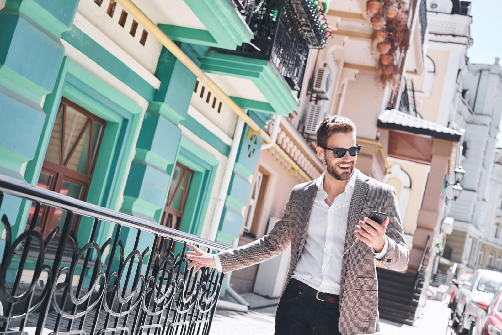スマートフォンを手に歩く男性