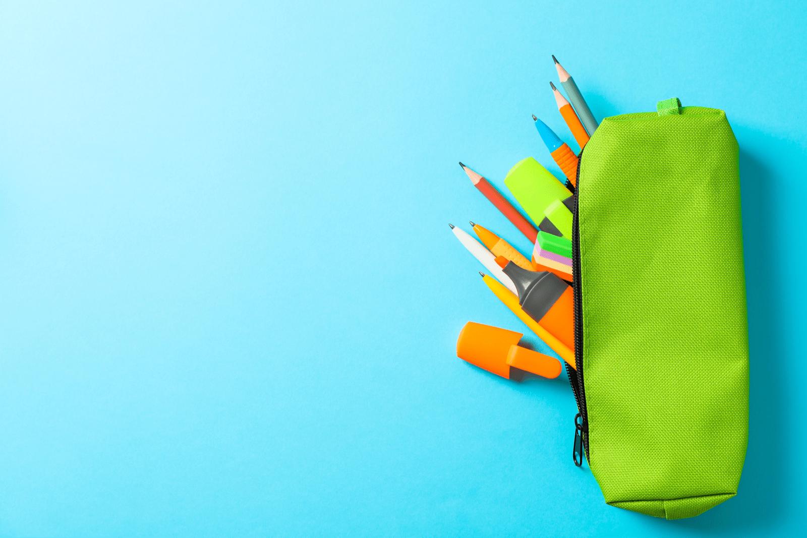 ペンケースから鉛筆などが飛び出している様子