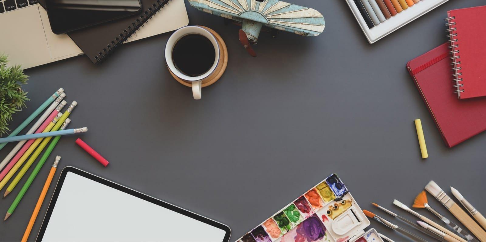 色鉛筆や絵の具のパレット
