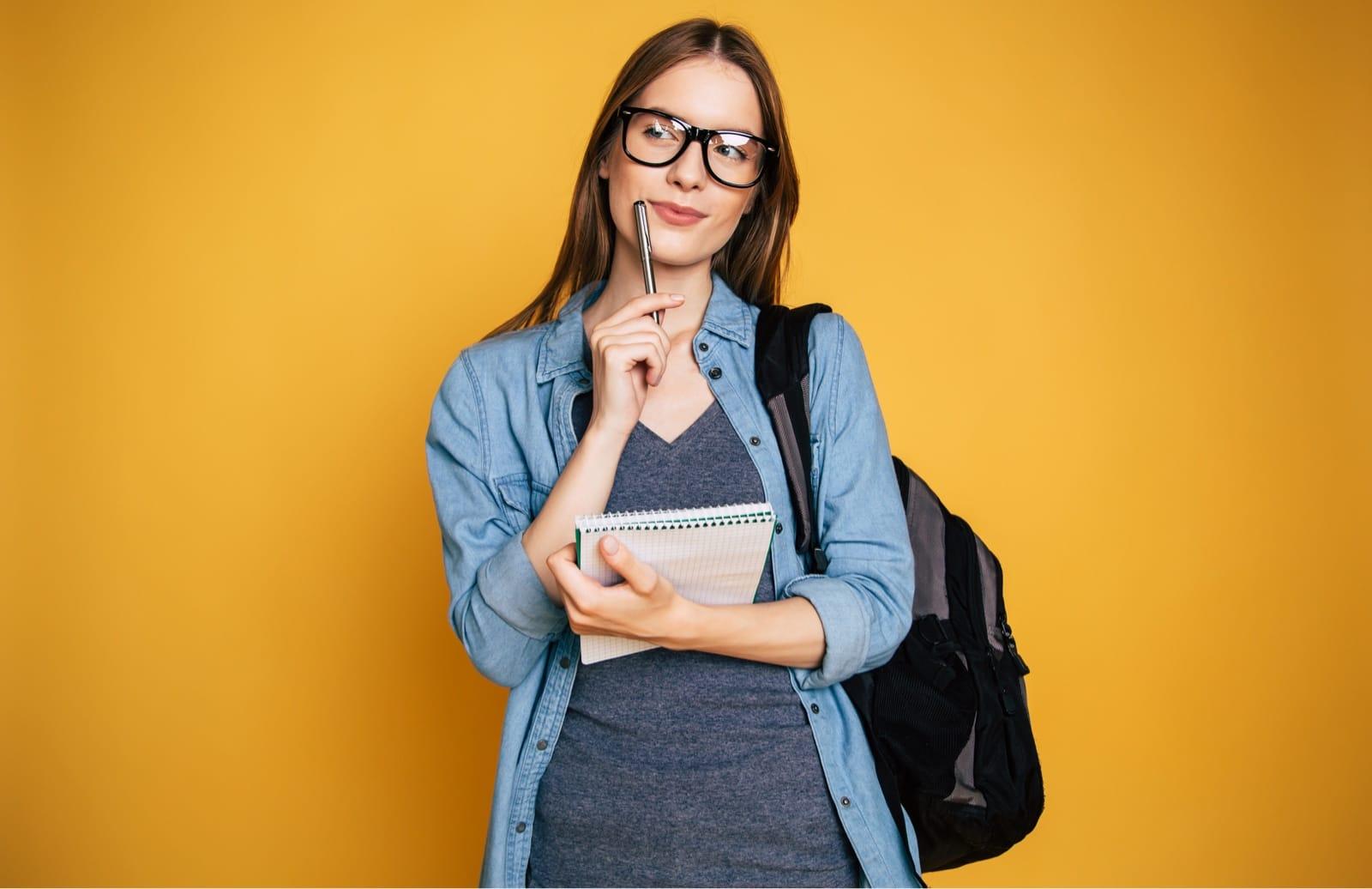 何か考える様子のメガネの女性
