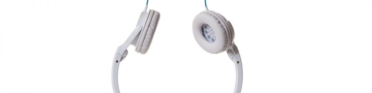 白い背景のヘッドフォン