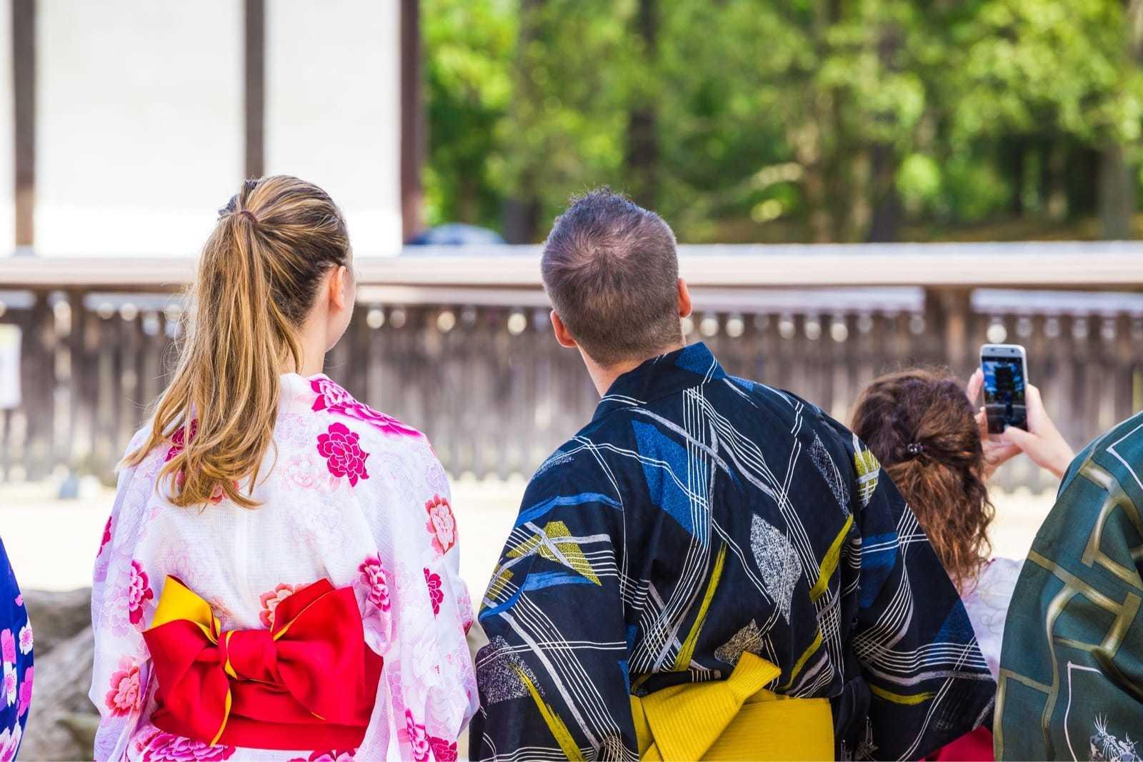浴衣を着た外国人観光客