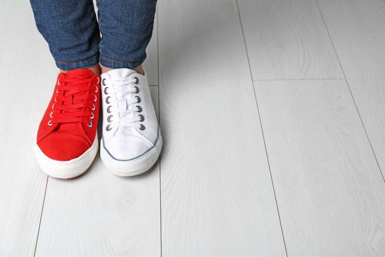 左右で違う色の靴を履いた女性