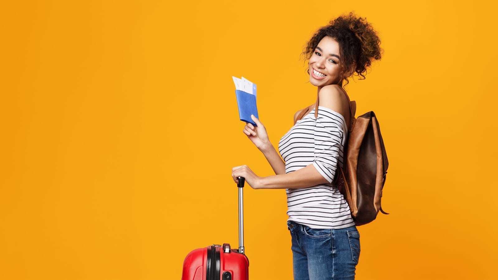 スーツケースを持つ女性観光客
