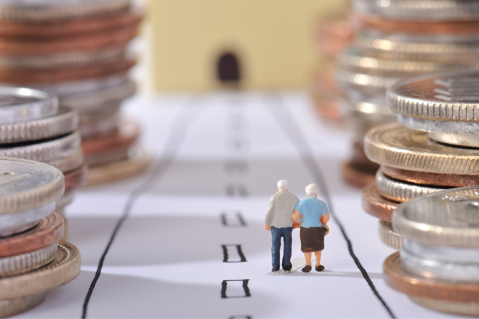 お金の並ぶ道を歩いてゴールを目指している老夫婦