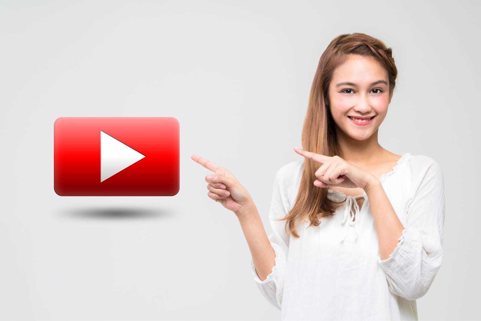 動画再生ボタンを指差す女性