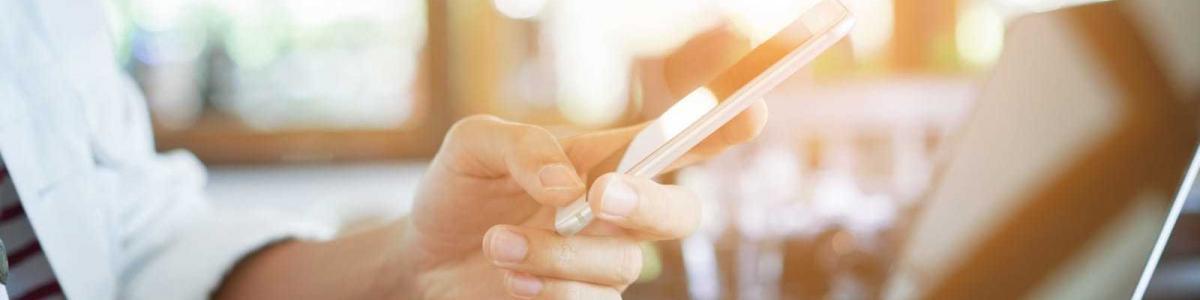 スマートフォンを操作する男性の手