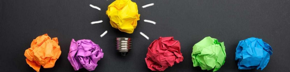 カラフルな紙で作られた電球