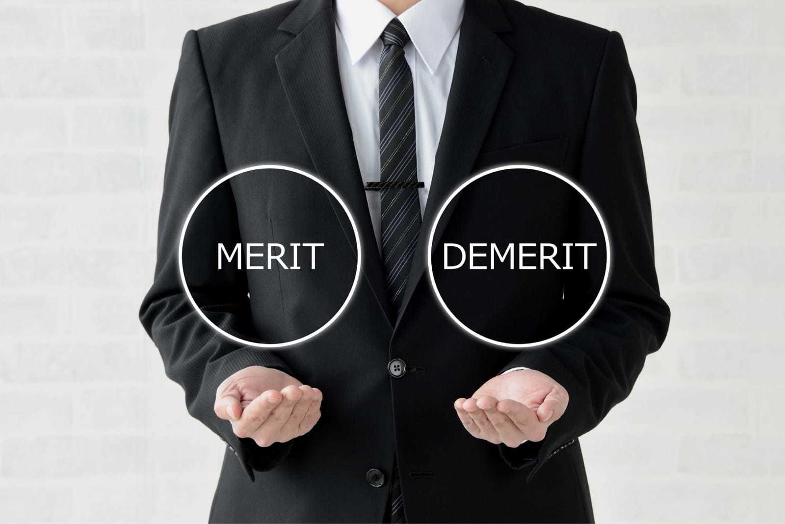 メリットとデメリットの双方を手にするビジネスマン