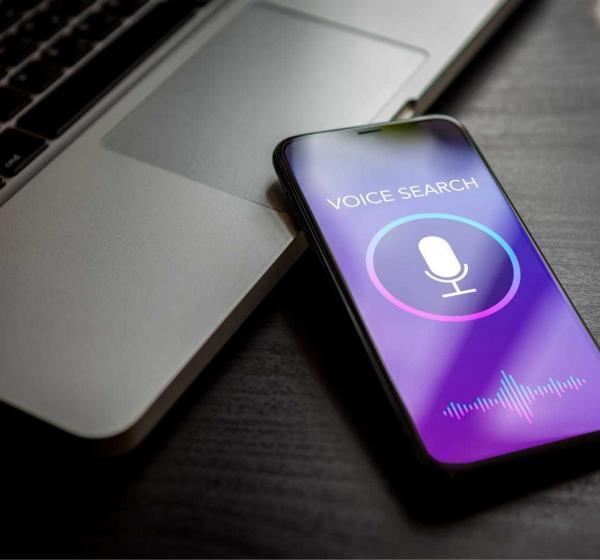 「VOICE SEARCH」と表示されたスマートフォン