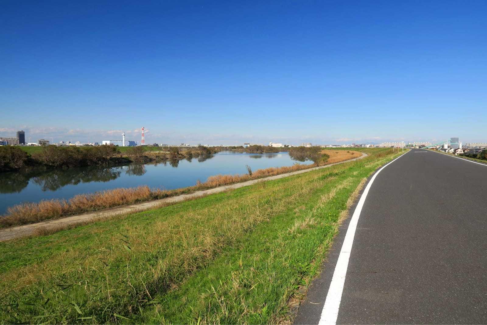 サイクリング道路と冬の江戸川風景