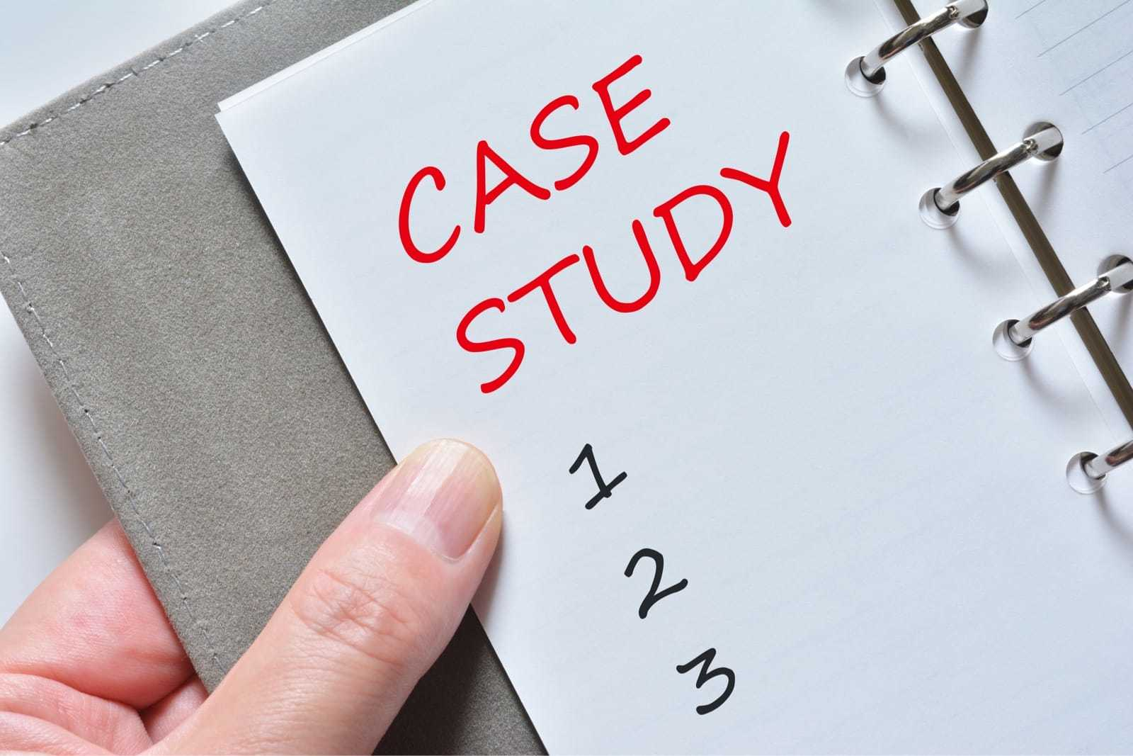 「CASE STUDY」と書かれた手帳