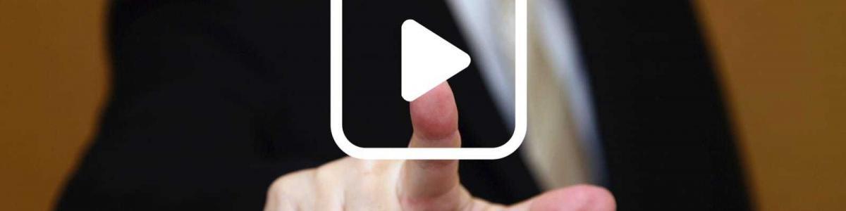動画を再生するビジネスマン