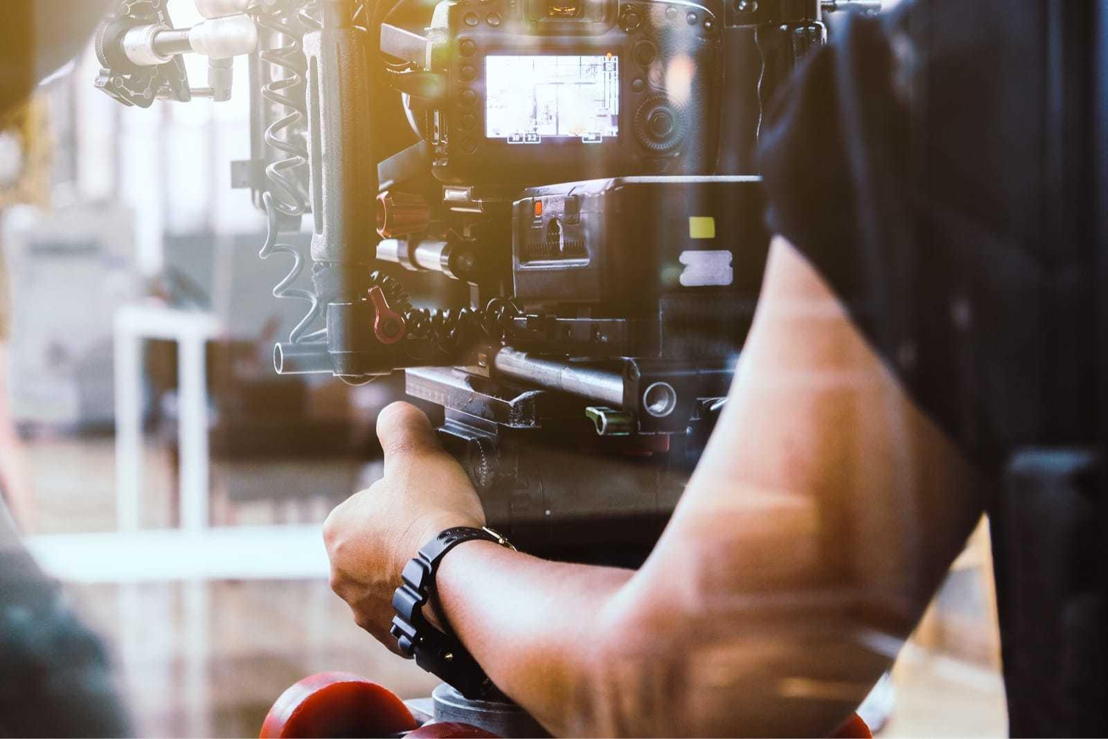 カメラで動画を撮影する男性