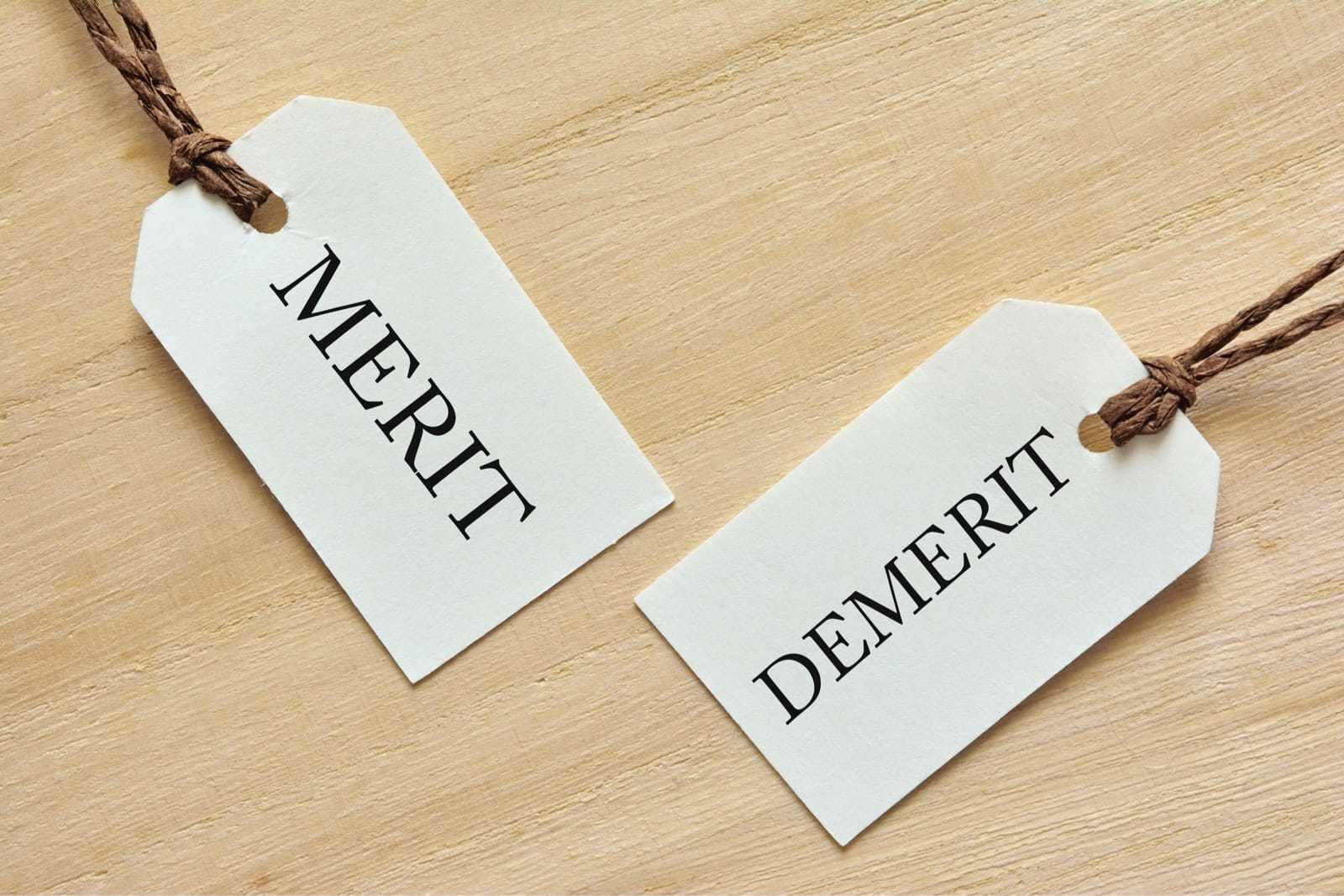 「Merit」「Demerit」と書かれたタグ
