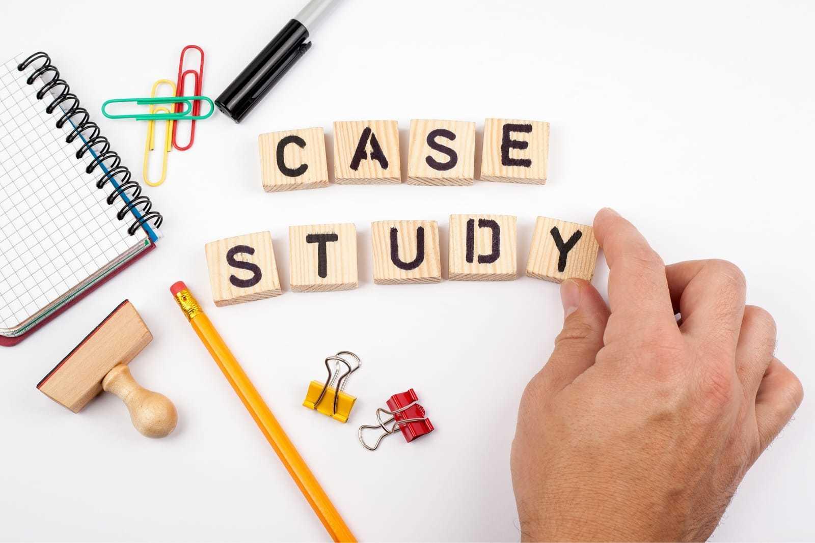 「case study」と書かれたブロックを動かす手