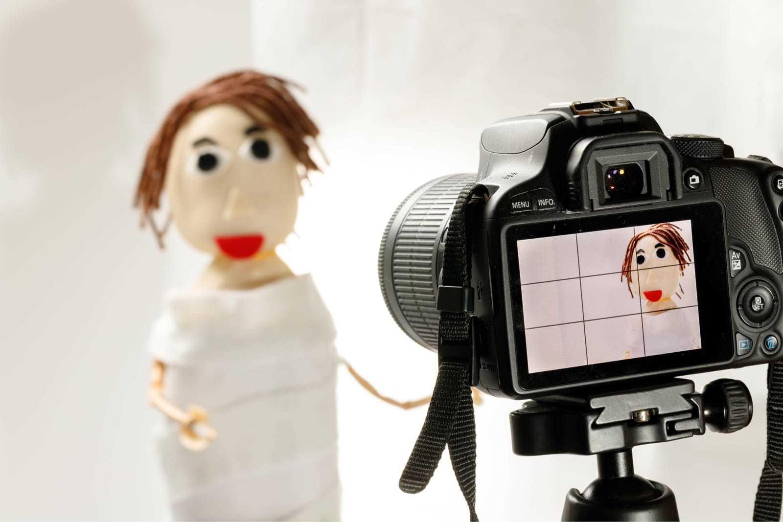 人形を動画撮影する様子
