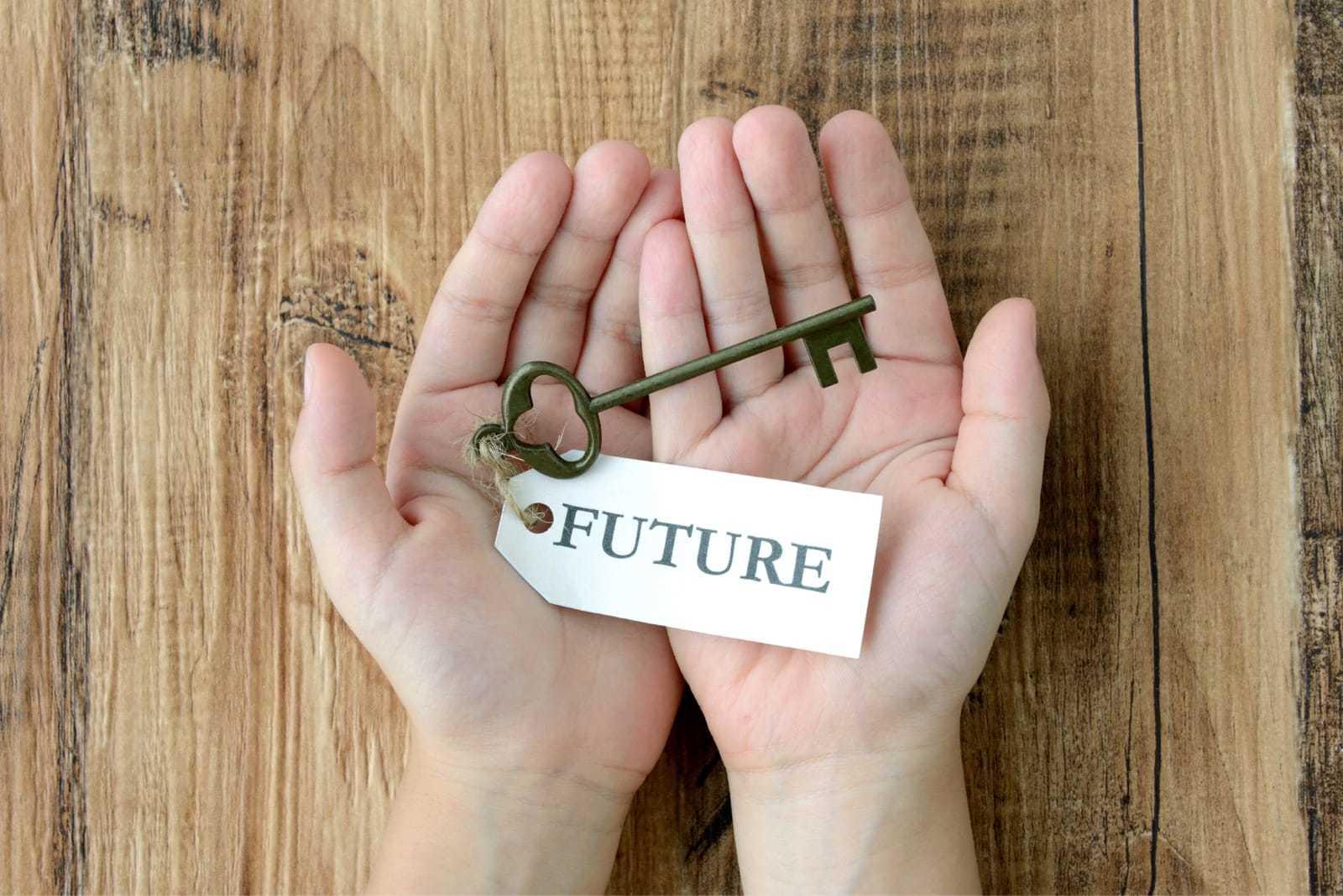 子どもの手と未来への鍵