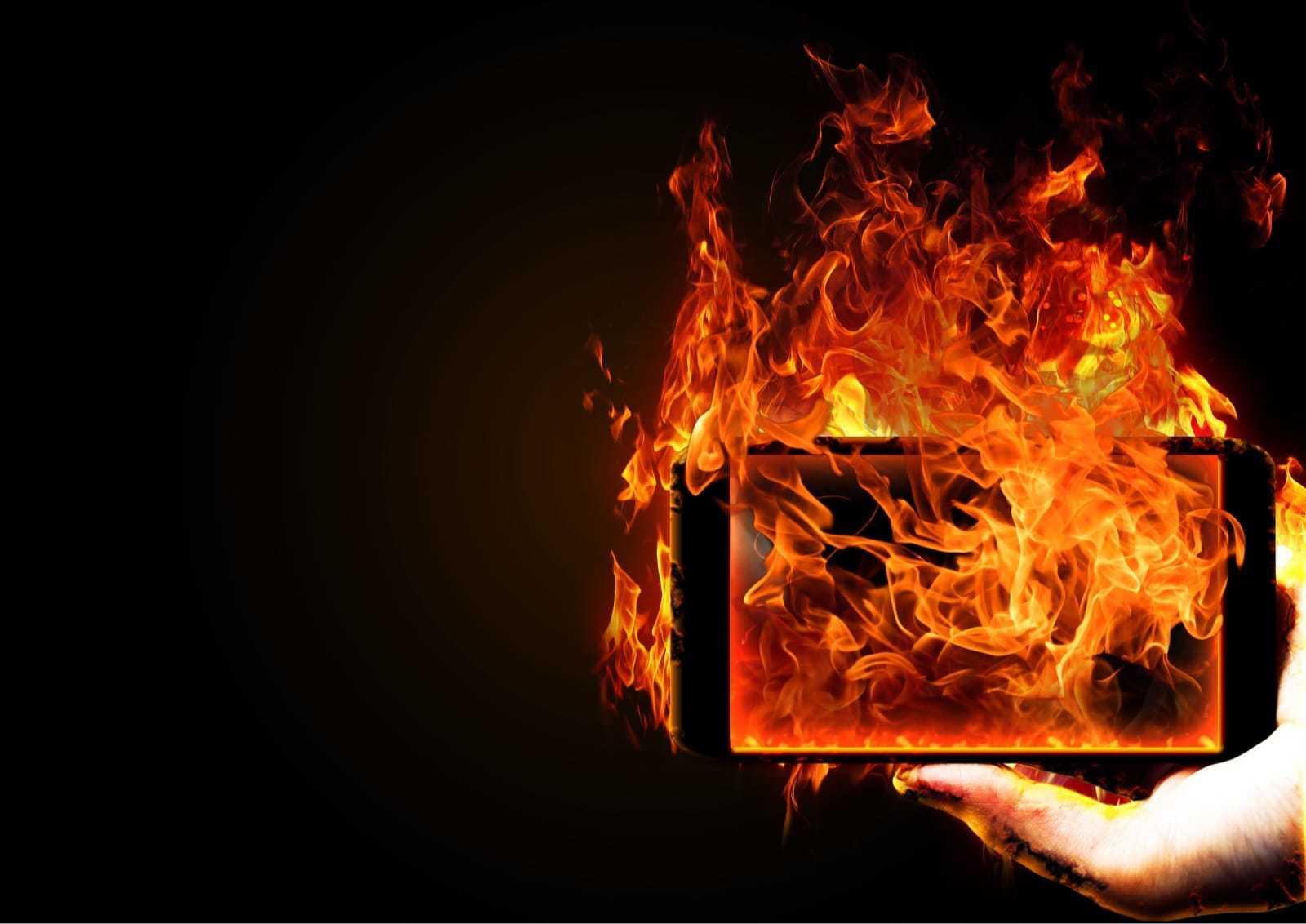 燃えるスマートフォン