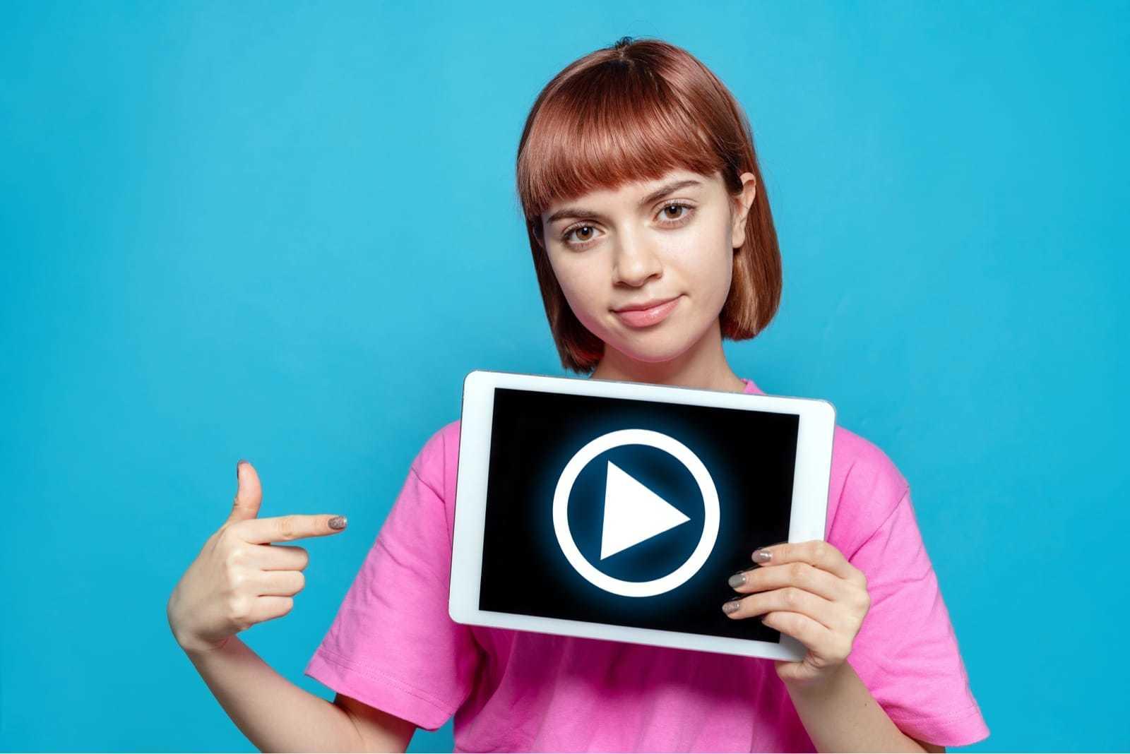 動画を見せる少女