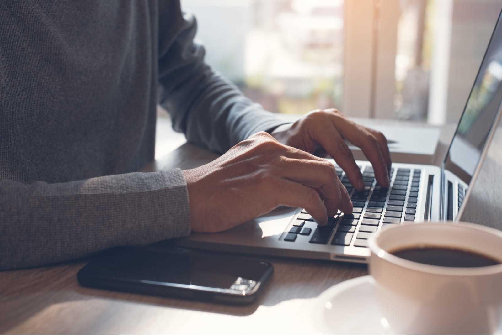 ノートパソコンで仕事をする男性