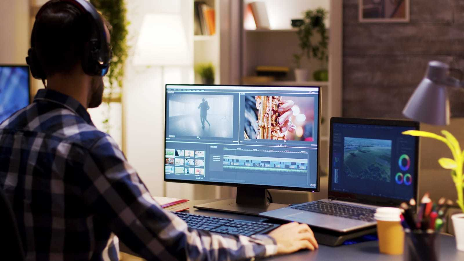 パソコンで動画を編集する男性