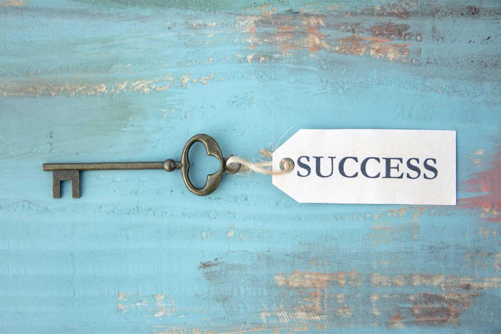 SUCCESSと書かれたタグが付いている鍵