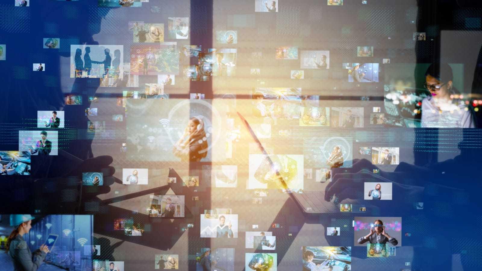 パソコンを使う人の上に、様々なイメージが浮かび上がる様子