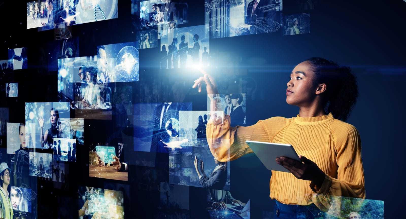 映像コンテンツに触れる女性