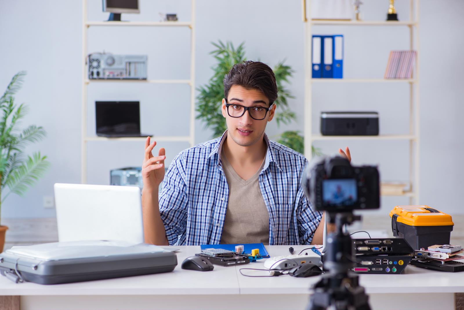 身振り手振りを交えながら動画撮影する男性