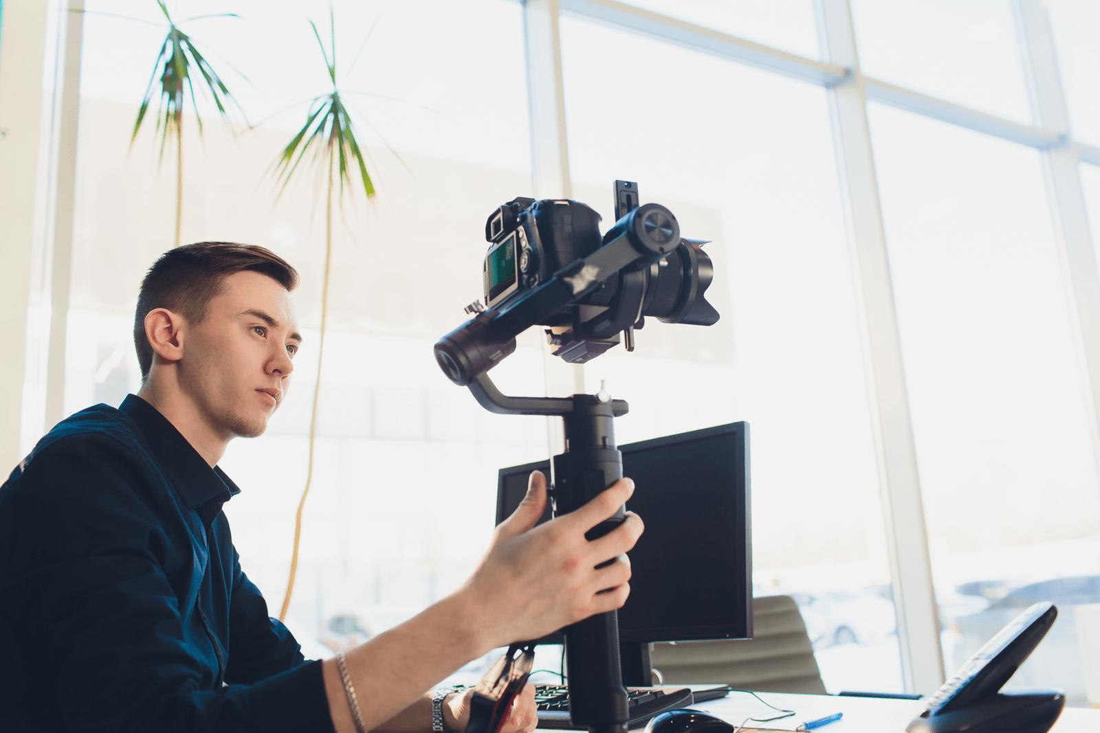 動画撮影の機材をセッティングする男性