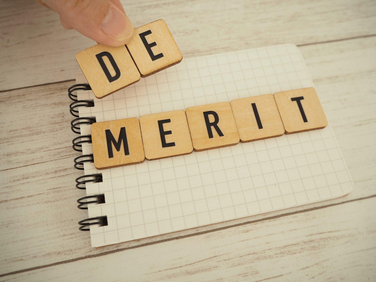 木製ブロックでノートにデメリットの単語