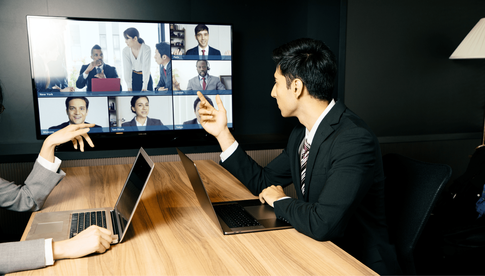 会議室でテレビ会議をする複数のビジネスマン